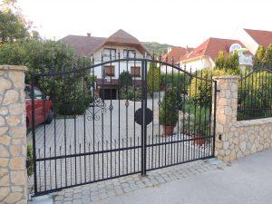 MagicDoor által telepített kovácsoltvas kétszárnyú kapu